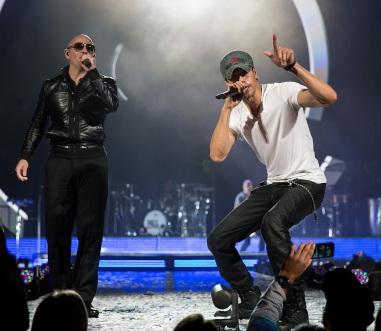 Enrique_Iglesias_and_Pitbull_2015